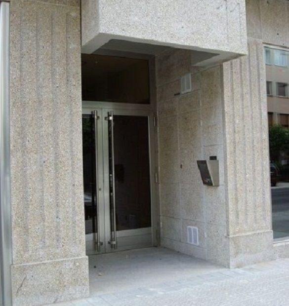 Entrada edificio en granito