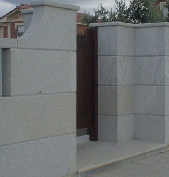 Remate de muro de granito en entrada peatonal